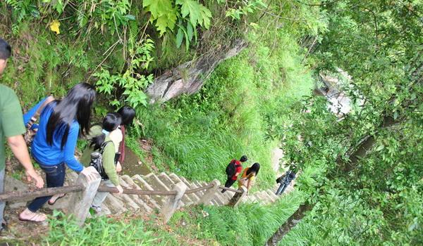 Menuruni anak tangga air terjun kalipancur