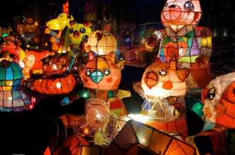 """2017 Taiwan Lantern Festival in Yunlin """"Year of the Rooster"""" - A group of people sitting at night - Lighting"""