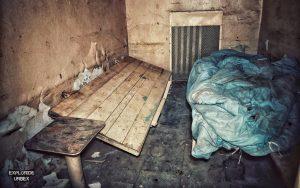 opuszczona wartownia wojskowa z aresztem opuszczony areszt więzienie warszawa rembertów