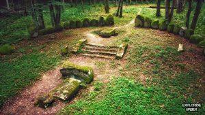 cmentarz dohnów, dohn, dwór dohnów, opuszczony cmentarz, pseudomegalityczny cmentarz dohnów, ród dohnów, stary cmentarz, urbex, urbex blog, urbex mazury, warmińsko-mazurskie, zabytek