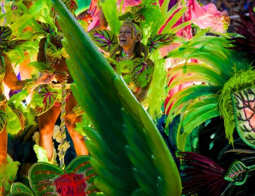 https://upload.wikimedia.org/wikipedia/commons/a/a0/Carnaval_2014_-_Rio_de_Janeiro_%2812974016393%29.jpg