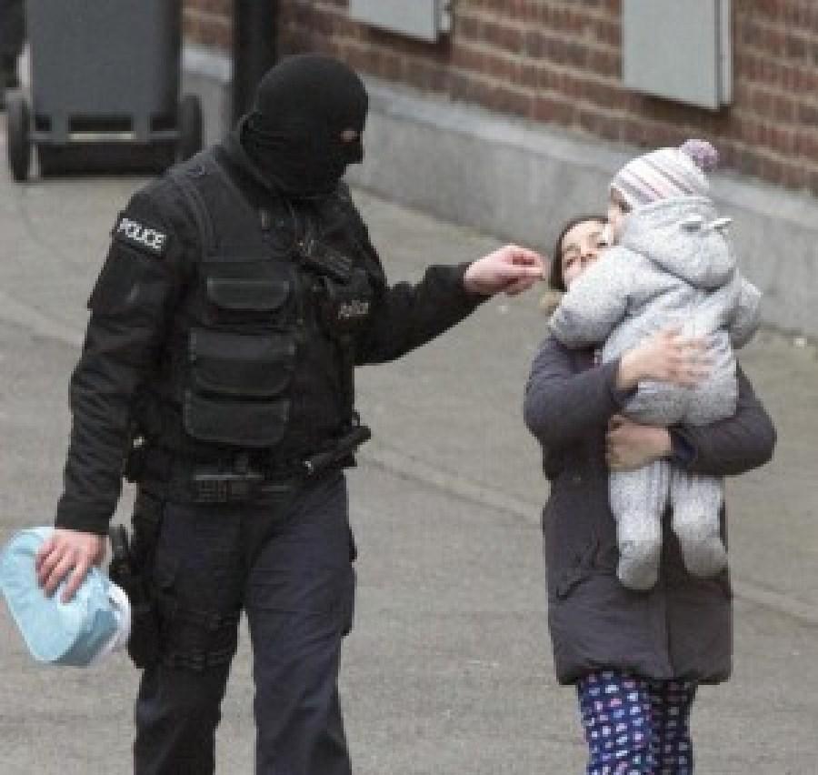 La polizia accompagna i civili lontano dalla zona che sta per diventare il luogo di un conflitto a fuoco con dei terroristi.