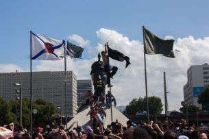 Monumento de Zumbi em meio às manifestações de 2013 Imagem disponível em http://artememoria.historiadaditadura.com.br/artememoria_map_poi/20/