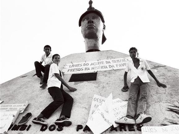 Estudantes negros em frente ao monumento em homenagem a Zumbi. Foto sem data. Imagem disponível em http://questoesnegras.blogspot.com/2011/03/quem-nao-ama-zumbi.html
