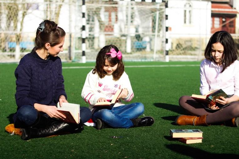 """""""Lectură în aer liber"""" Biblioteca Publică din comuna Murfatlar, judeţul Constanţa, bibliotecar Carmen Balaban, 23 februarie 2016"""