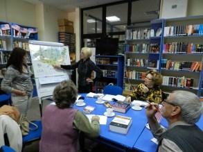 """Întâlnirile de la Seniors' Reading Club sunt un amestec de limbă engleză conversațională, bună-dispoziție, small-talk în pauze și o minunată prietenie între cursanți și profesorul voluntar. Sesiunile de învățare/exersare a limbii engleze s-au desfășurat pe întreg parcursul anului 2015, de două ori pe lună și au ca scop crearea unui spațiu de socializare pentru seniori și nu numai. Biblioteca Județeană """"Gh. Asachi"""" Iași, bibliotecari Adriana Maftei şi Eva Damian."""
