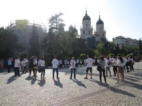 """Flashmobul """"Citesc în +"""" a avut loc pe data de 23 mai 2015 și a avut drept scop promovarea lecturii într-o manieră și un cadru nonformal. Promotorii noștri au fost elevi, studenți, cititori și voluntari care au purtat tricouri cu sloganul Bibliotecii Județene """"Gh. Asachi"""" Iași: """"Citesc în +, Visez în +, Gândesc în +"""". Coordonator: şef Serviciu Proiecte și Programe Culturale, Relaţii Publice Mihaela Morariu"""