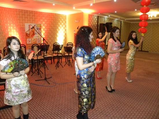 """Anul nou chinezesc pus în scenă de adolescenţi la Biblioteca Judeţeană """"Ovid Densuşianu"""" Deva, judeţul Hunedoara"""
