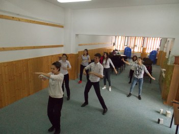 """Repetiţii de dans pentru flashmob-ul Let's do it, Romania! la Biblioteca Municipală """"Ştefan Ludwig Roth"""" Mediaş, judeţul Sibiu"""