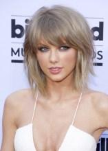 Taylor Swift: Franja bem repicada, podendo ser usada assim para frente ou jogada para o lado.