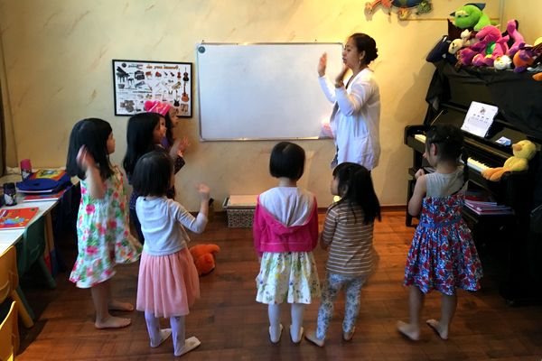 EMG EMF teacher conducting a music class for toddlers