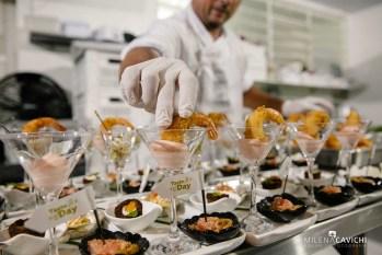 No taste day de inauguração do nosso novo endereço em São Paulo, o chef finaliza o sousplat de recepção com canapés