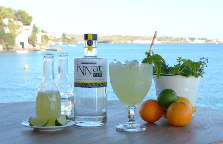 Tristan Timothy de Venecia Lounge Events prepara un Mojito de ginebra & pepino & albahaca ante las cámaras de Exquisita Menorca