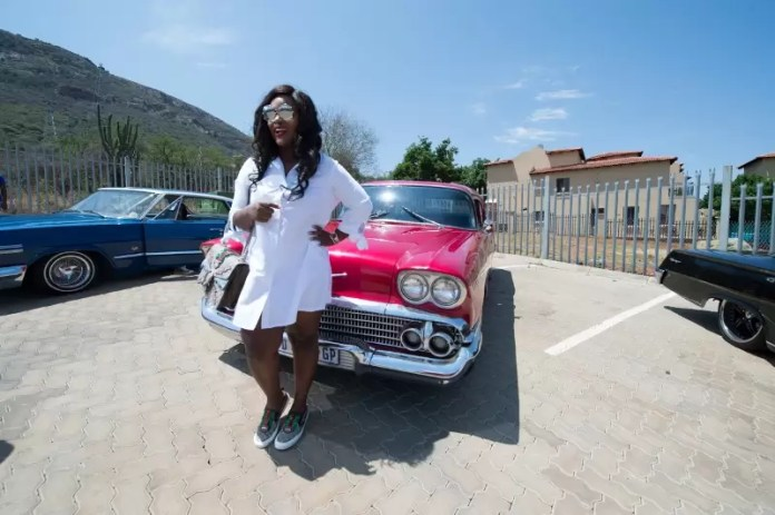 jackie-appiah-with-vintage-car-against-backdrop-of-magaliesberg-mountains-in-hartbeespoort-dam-1-hour-from-sandton-800x532