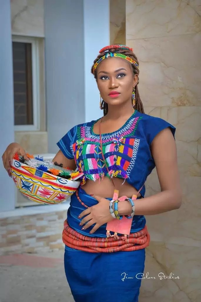 EMNews - Beauty Queen Esther Zamani stuns in new traditional photos 4