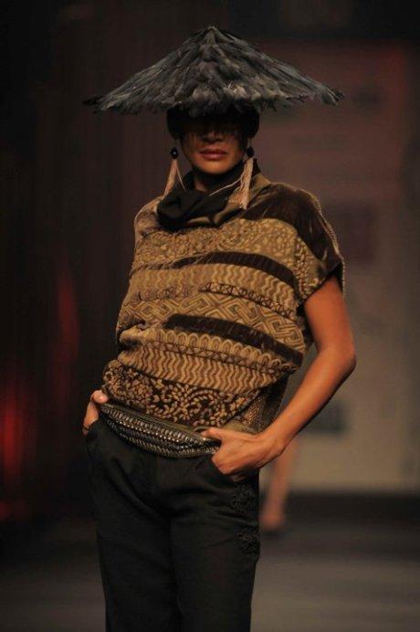 Tarun Tahiliani FW11 Feather Hat, Tunic and Tassle Earrings on exshoesme.com
