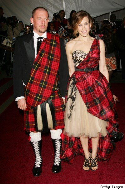 Alexander McQueen and Sarah Jessica Parker at the Met Gala, 2006 on exshoesme.com.