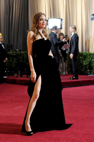 Angelina Jolie and her Right Leg at the 2012 Oscars on Exshoesme.com
