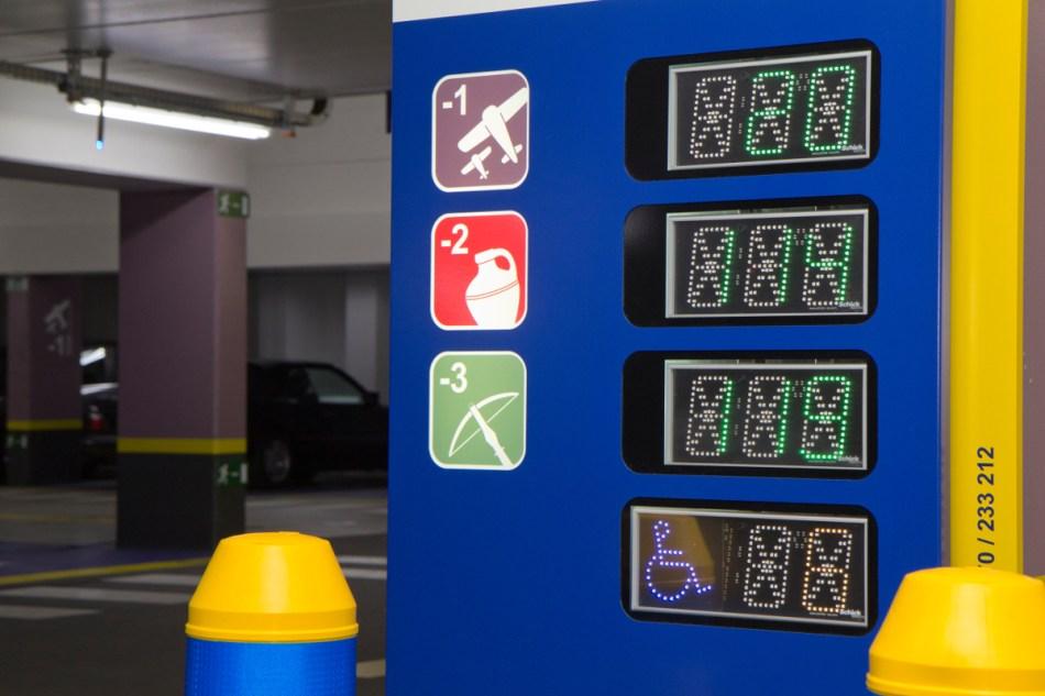 Geen traditionele symbolen voor de parkeerniveau's, maar pictogrammen die verwijzen naar de historiek van de Hopmarkt © Hans Denis, Agentschap Onroerend Erfgoed