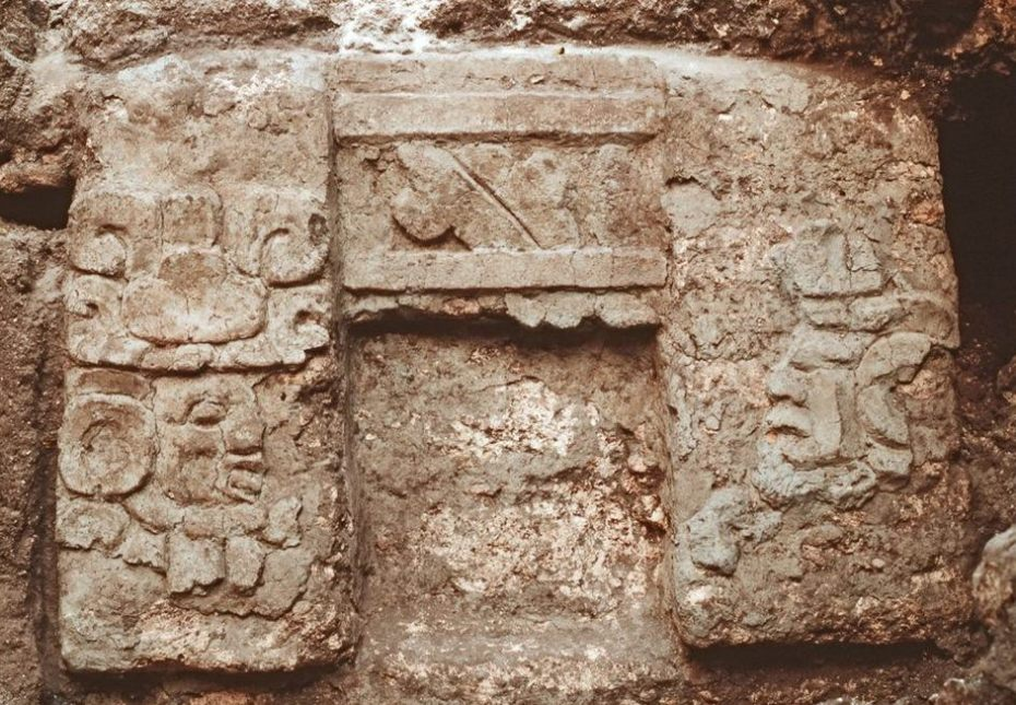 De Maya's kenden een kunstig schrift dat zowel gebruikt werd in boeken als op dit reliëf. Het vertelt de geschiedenis van de politieke elite van Blue Creek © Maya Research Program