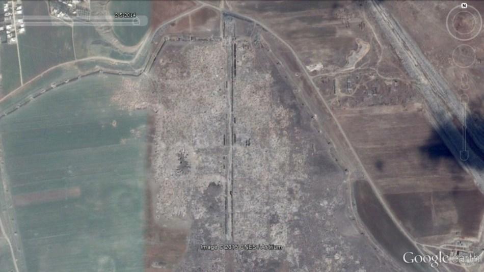 Op de beelden van mei 2014 is te zien dat het plunderen verder is uitgebreid in westelijke richting. © Google