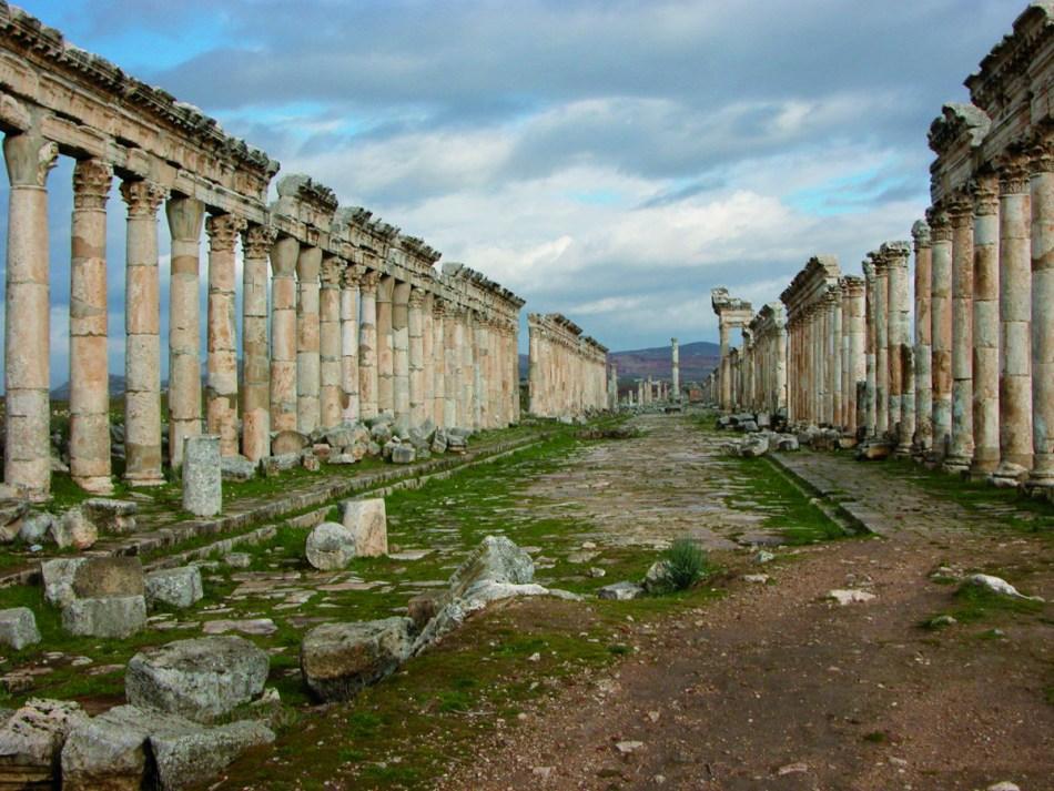 De Romeinse colonnade in Apamea bestond oorspronkelijk uit ongeveer 1.200 Korinthische zuilen © ULB, Centre belge de recherches archéologiques à Apamée