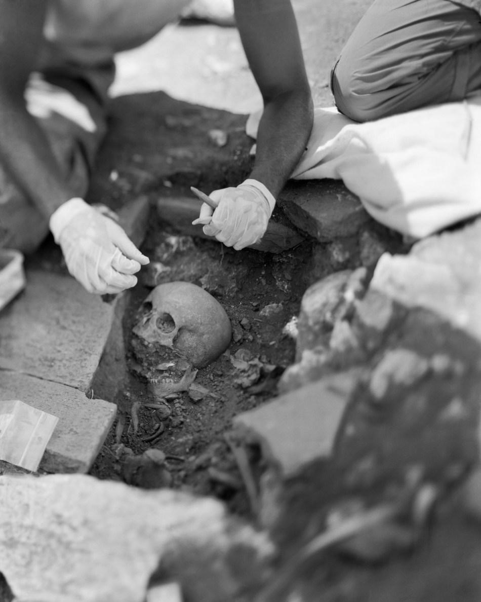 Hoewel de stad na de 7de eeuw n.Chr. nooit meer heropgebouwd werd, is er in de midden-Byzantijnse tijd (11de tot 13de eeuw n.Chr.) sprake van een dorpsgemeenschap die zich verschanst tussen de ruïnes van het zuidelijke deel van de stad. Hun doden werden begraven ten zuiden van de voormalige tempel van Apollo Klarios © Bruno Vandermeulen, Danny Veys & Sagalassos Project