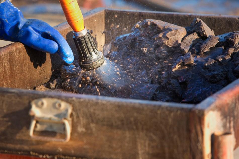 De vaak bevroren grond geeft zijn schatten maar moeilijk prijs. Het zeven is dan ook zeer arbeidsintensief.