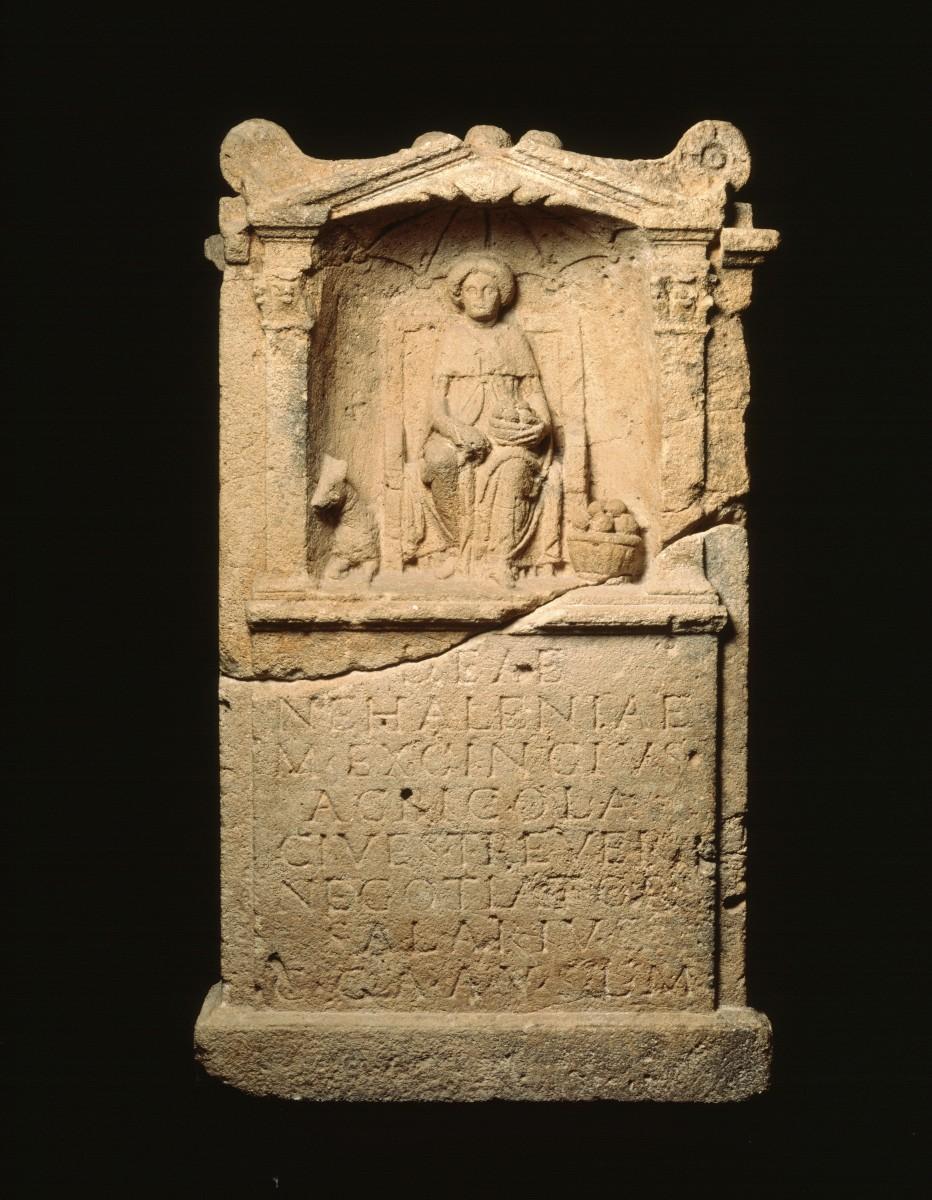 Een altaarsteen ter ere van de godin Nehalennia © Rijksmuseum voor Oudheden Leiden