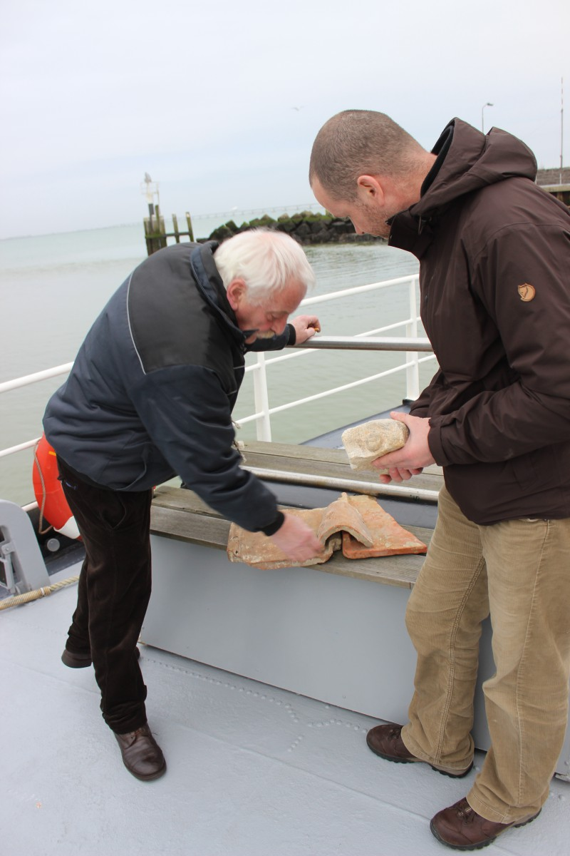 Terug op de boot worden de vondsten bestudeerd © Sven Van Haelst