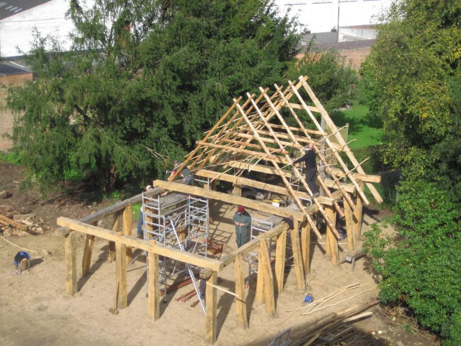 In de ruwbouwfase is duidelijk zichtbaar dat het huis eenbeukig was, met extra schuine palen om het dak te helpen dragen © Raakvlak