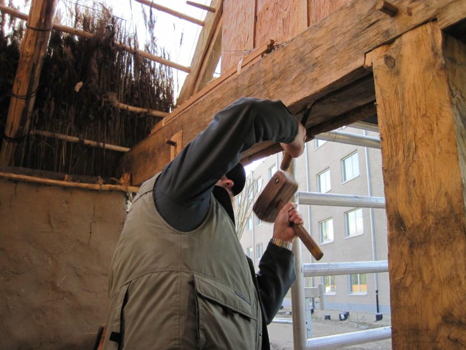 De timmerman bereidt het plaatsen van de deur voor © Raakvlak