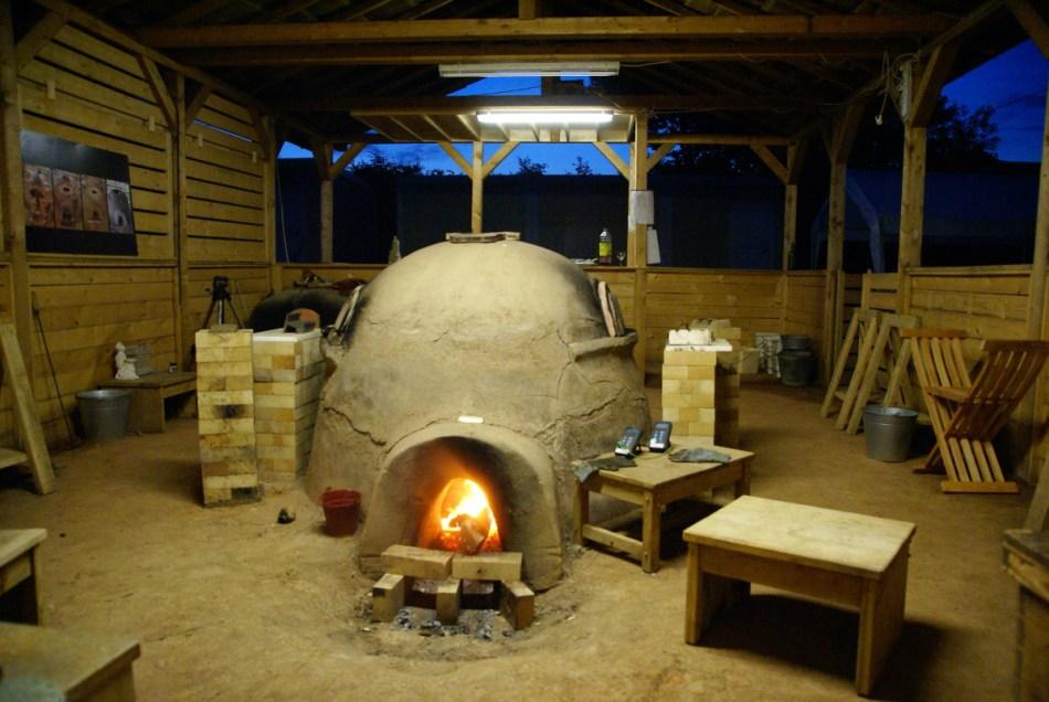 48 uur duurt het om de oven  op temperatuur te krijgen. Daarna moet ze continu, elke dag, elk uur op met hout opgestookt worden.