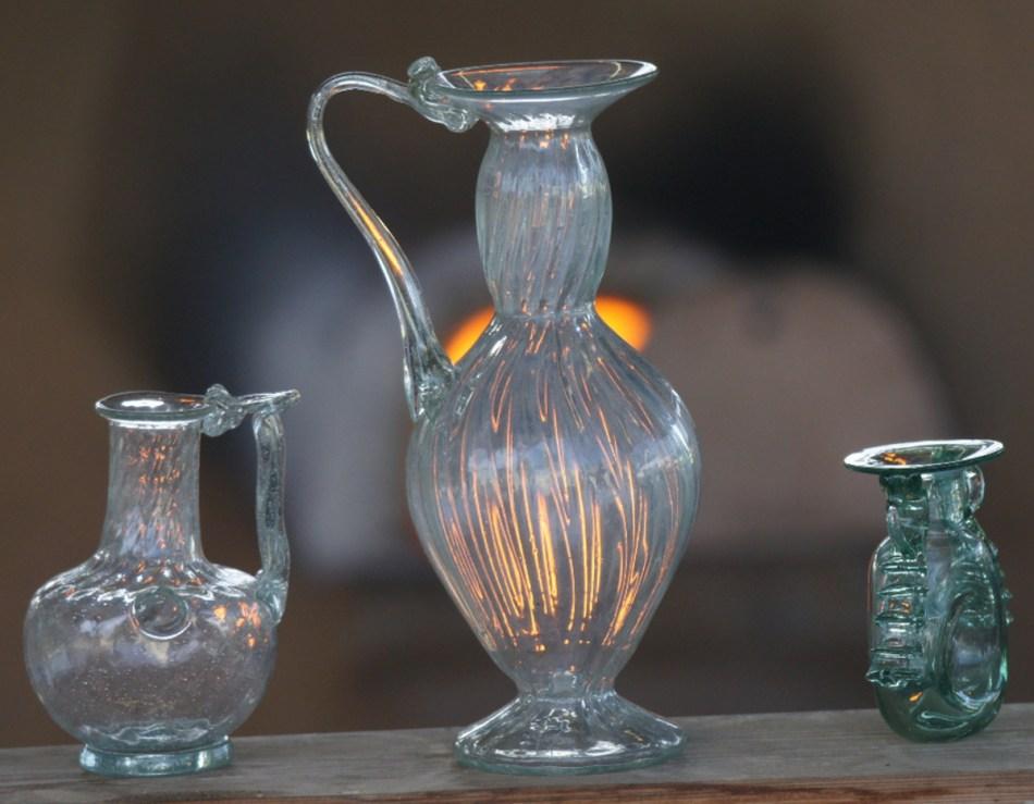 Tenslotte wordt het glas losgemaakt van de blaaspijp. Na afkoeling kunnen ze dan eindelijk gebruikt worden.