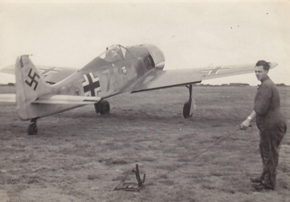 Een Focke Wulf 190 van Jagdgeschwader 1 stijgt op van de vliegbasis in Deelen © collectie Jean-Louis Roba