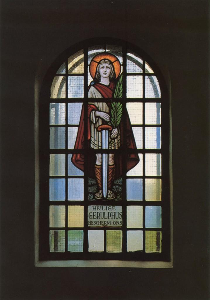 Glasraam met de afbeelding van Sint-Gerolf. Dit glasraam bevindt zich in de zijbeuk van de Sint-Gerolfkapel in Drongen, die zou opgericht zijn nabij de plaats waar Gerolf vermoord is © Heemkundige Kring Dronghine