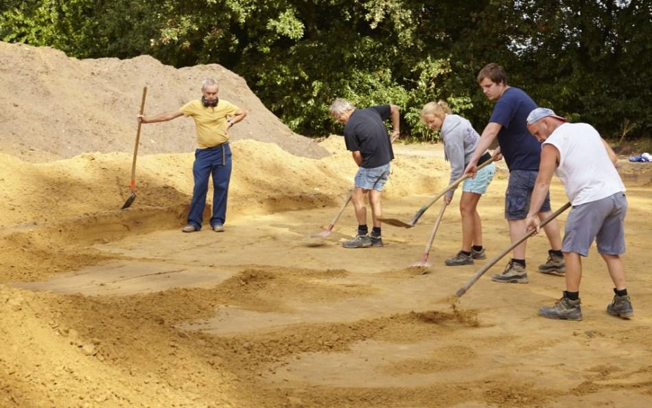 Tijdens de aanleg van de werkputten wordt het archeologisch vlak zorgvuldig opgeschaafd met de schop © Kris Vandevorst