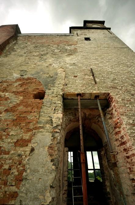 De complexe levensgeschiedenis van de donjon is zichtbaar op deze muur © Muriël Verboven