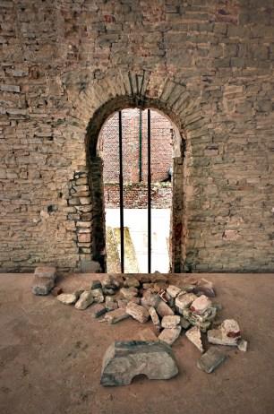 Een verborgen rondboog werd tijdens verbouwingswerken herontdekt en was de toegansdeur tot de donjon © Muriël Verboven