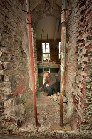 De tegenwoordige buitenmuur is eigenlijk de oorspronkelijke binnenmuur, getuige hiervan is de gevonden 'voordeur' © Muriël Verboven