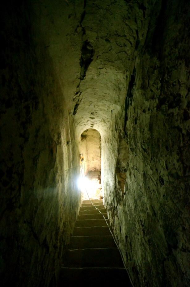De trap van de donjon die volledig verborgen zat in de muren van het huis © Muriël Verboven