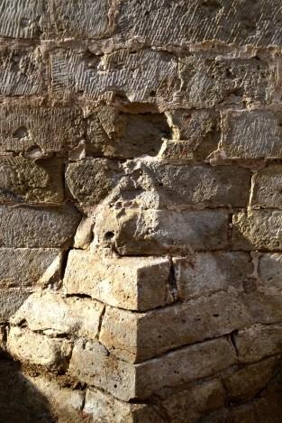 De halve piramide werd oorspronkelijk bovenaan afgewerkt met een halve bol. Deze bleef niet bewaard, we zien wel het negatief spoor © Stad Antwerpen, dienst archeologie