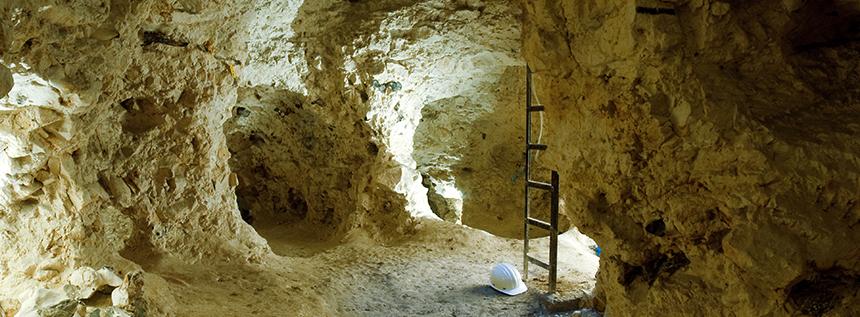 Hoogtepunt van het bezoek is de verticale afdaling in een neolithische mijnschacht tot in een netwerk van galerijen © SRPH