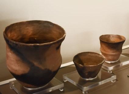 Replica's van potten en kommen uit handgevormd aardewerk bieden inkijk in het dagelijks leven van de neolithische bevolking © Universiteit Gent