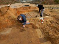 Op het grafveld ligt één dubbelgraf waarbinnen de twee kisten zich nog duidelijk aftekenen © Monument Vandekerckhove