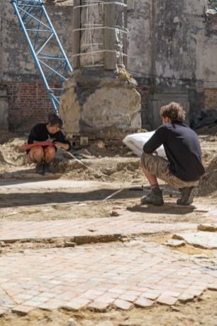Archeologen meten de vloer op binnen de laat-Romaanse kerkfundering © Dieter Jehs