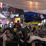 Protestatari pro-democrație din Hong Kong citind, în timpul unui eveniment occupy
