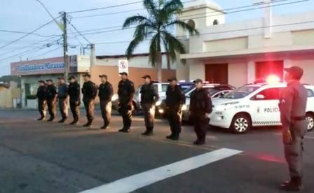 Policiais do 5º BPM, em Natal, Rio Grande do Norte, prestam sua homenagem aos policiais do Rio