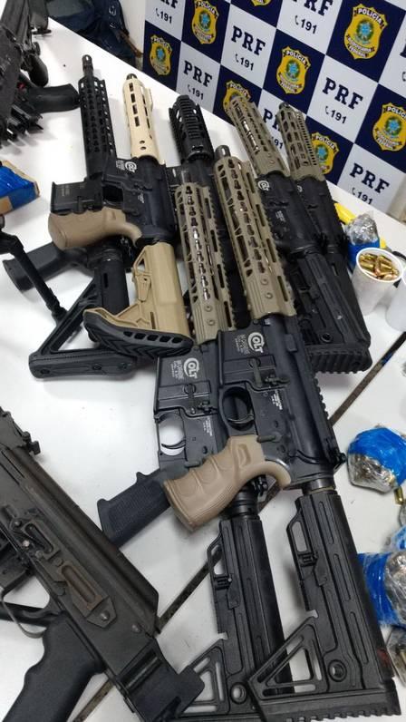 Folha do Sudoeste xarmas.jpeg.jpg.pagespeed.ic.YUDbVaeNrS Homem é preso com 12 fuzis, 33 pistolas e 40 mil projéteis que levaria para a Maré Policia