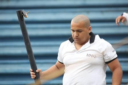 Leone com a barra de ferro com a qual foi flagrado agredindo torcedores do Atlético-PR, um deles desacordado